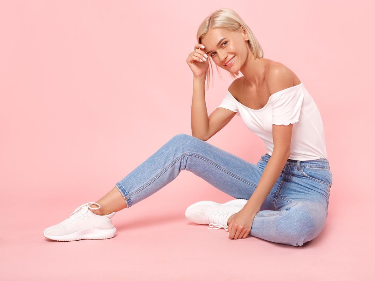 kobieta w modnych sneakersach