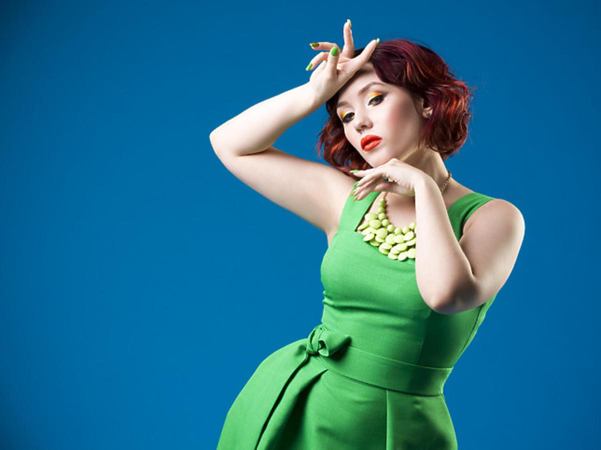 kobieta w zielonej sukience z zielonymi paznokciami