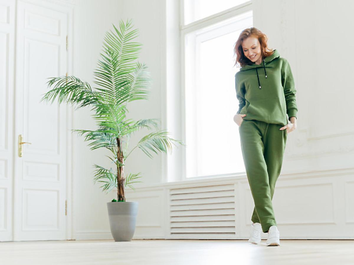 kobieta w zielonym dresie