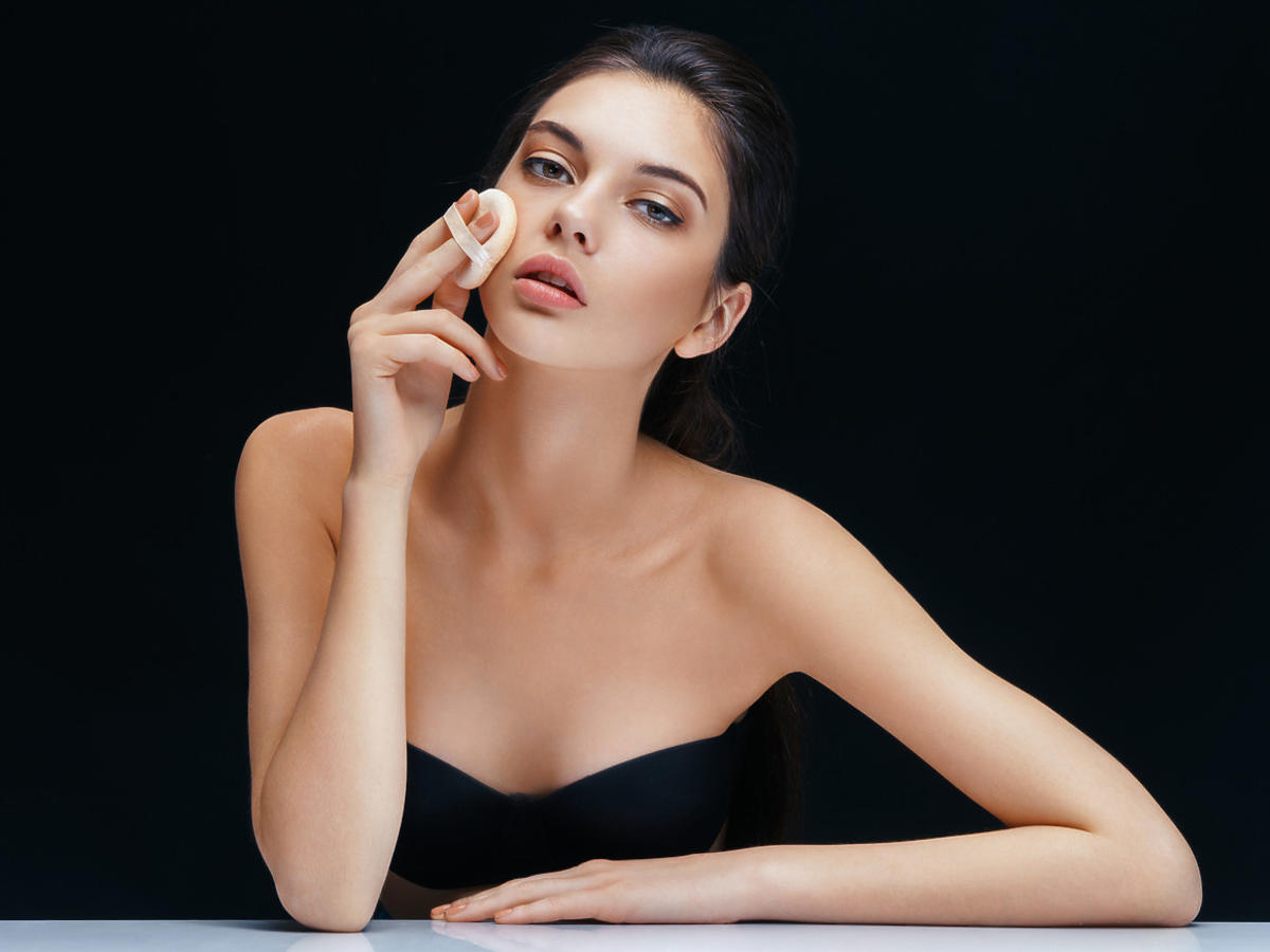 kobieta wykonuje makijaż podkładem w kompakcie MaxFactor
