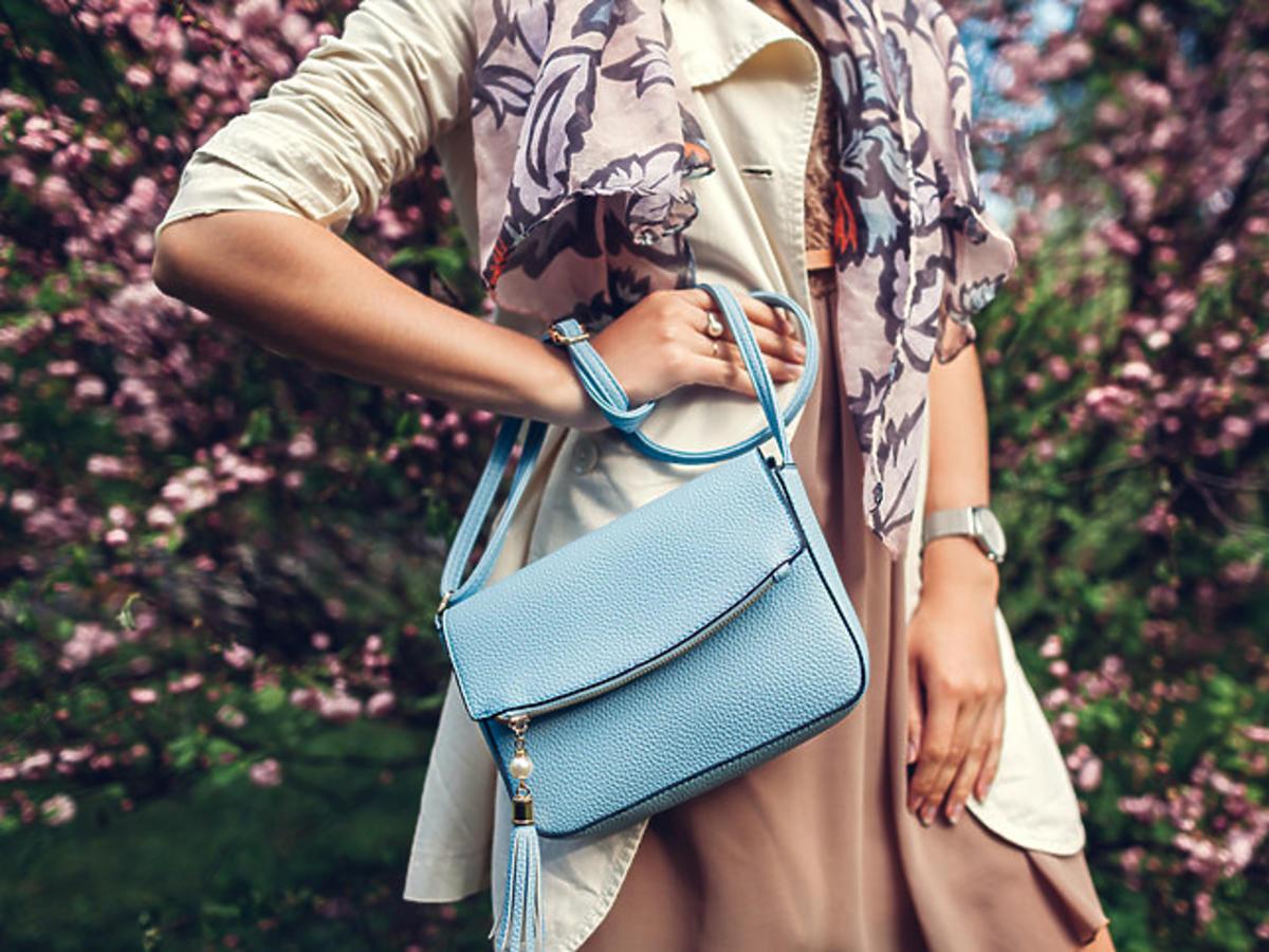 kobieta z błękitną torebką