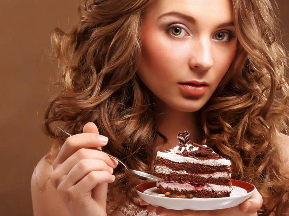 kobieta z ciastem