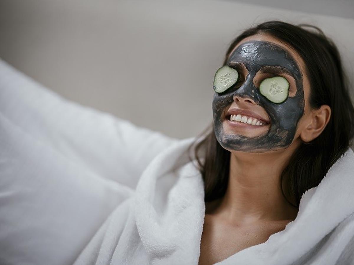 Kobieta z czarną maseczką na twarzy