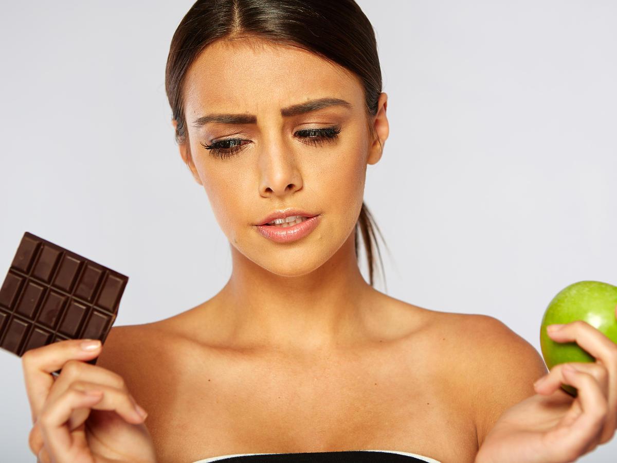 kobieta z czekoladą i jabłkiem