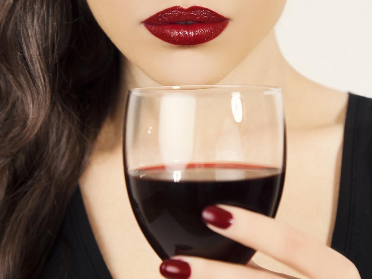 kobieta z czerwonym winem