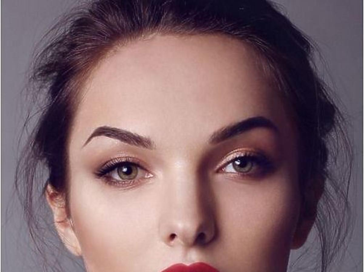 kobieta z czerwonymi ustami i matową twarzą