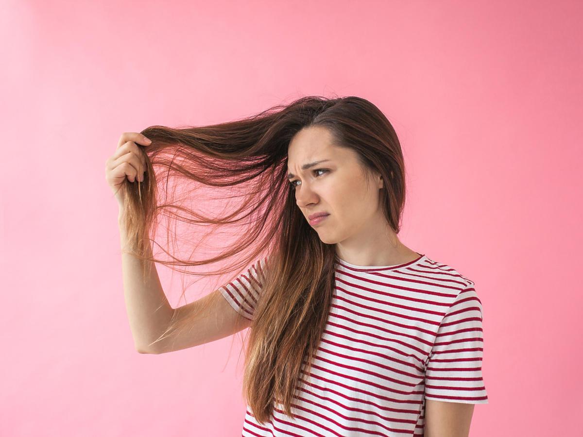 kobieta z elektryzującymi się włosami