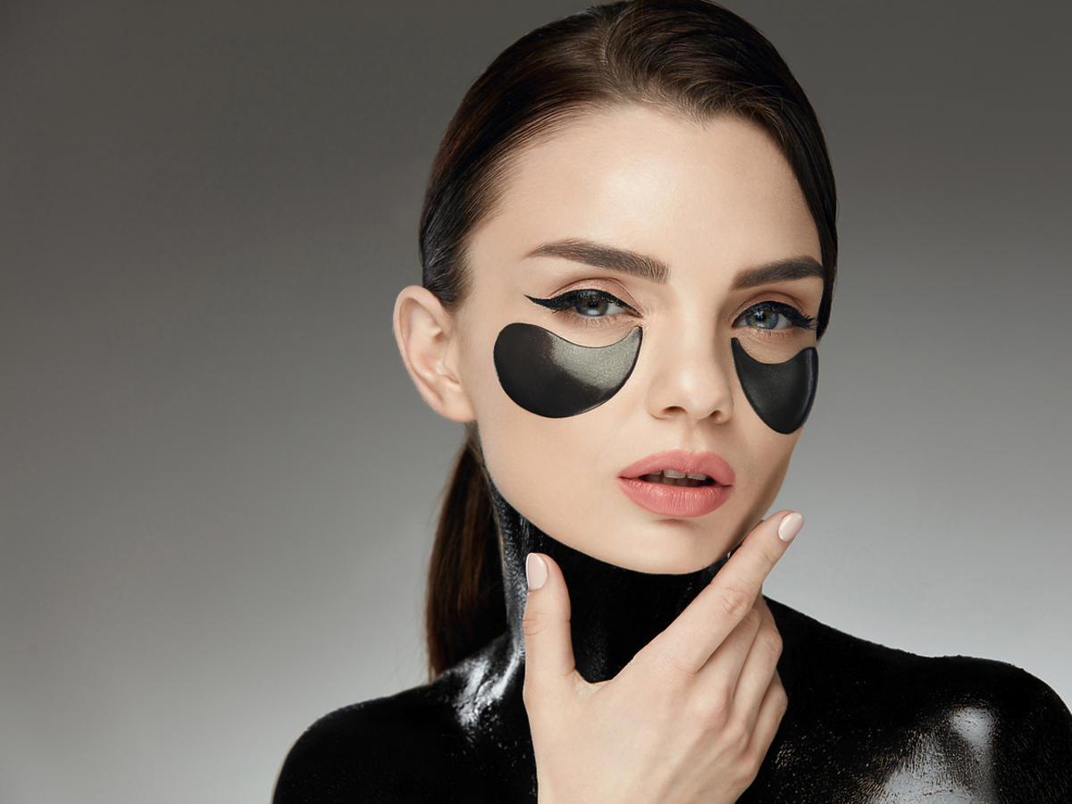 kobieta z kosmetykami z czarnym węglem