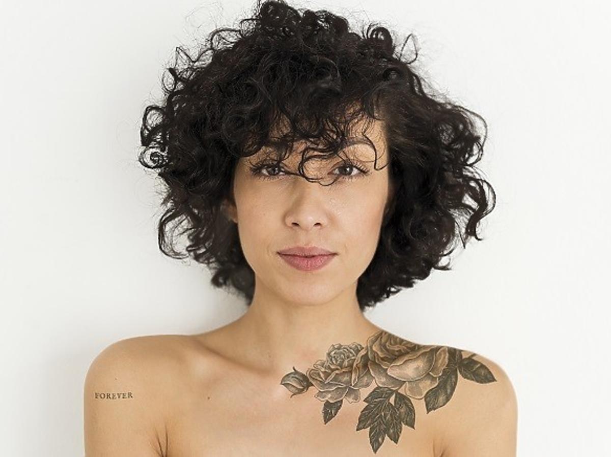 Kobieta z kwiatowym tatuażem