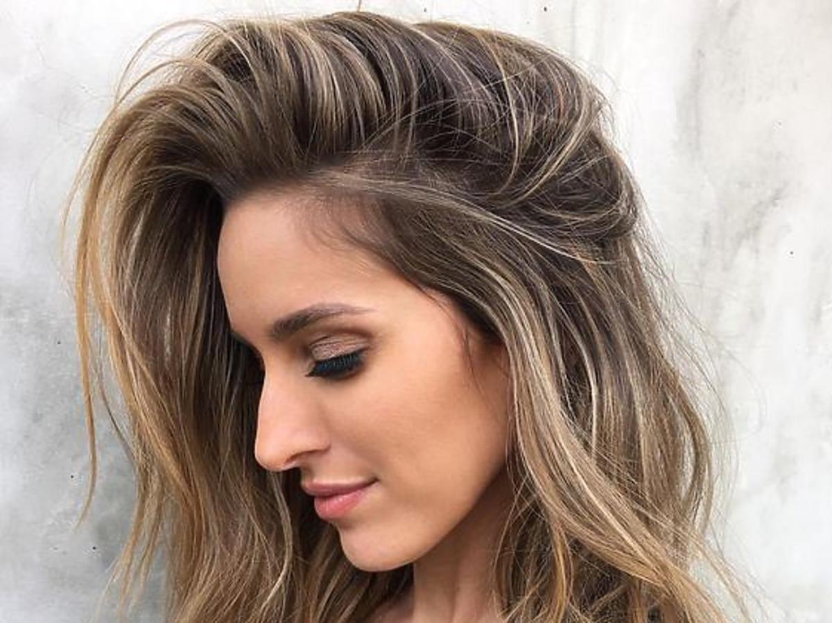 Kobieta z lśniącymi, gęstymi włosami