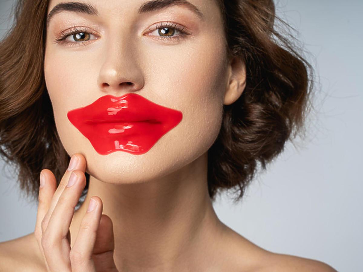 kobieta z maską do ust
