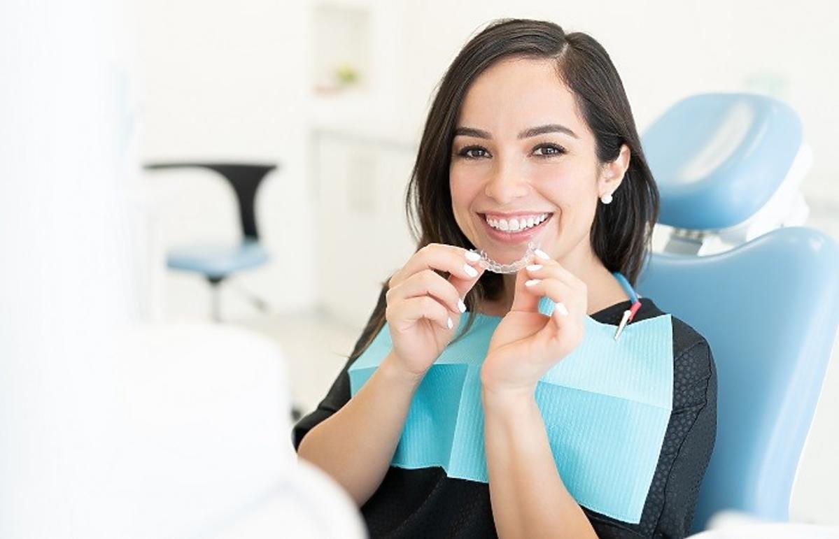 Kobieta z nakładką prostującą zęby