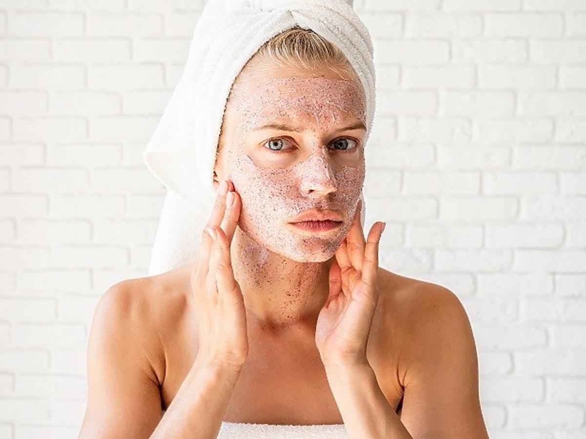 Kobieta z peelingiem na twarzy