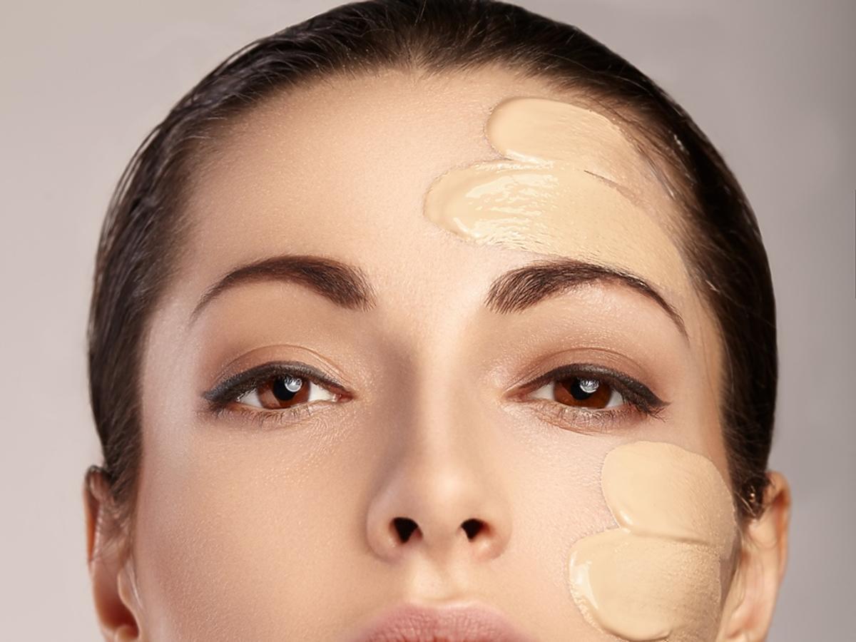 kobieta z podkładem na twarzy