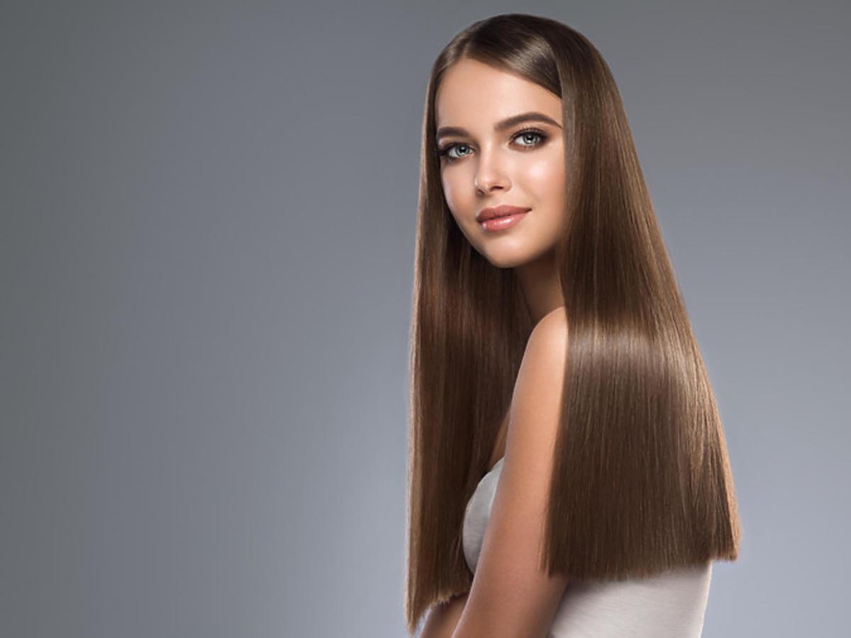 kobieta z prostymi włosami