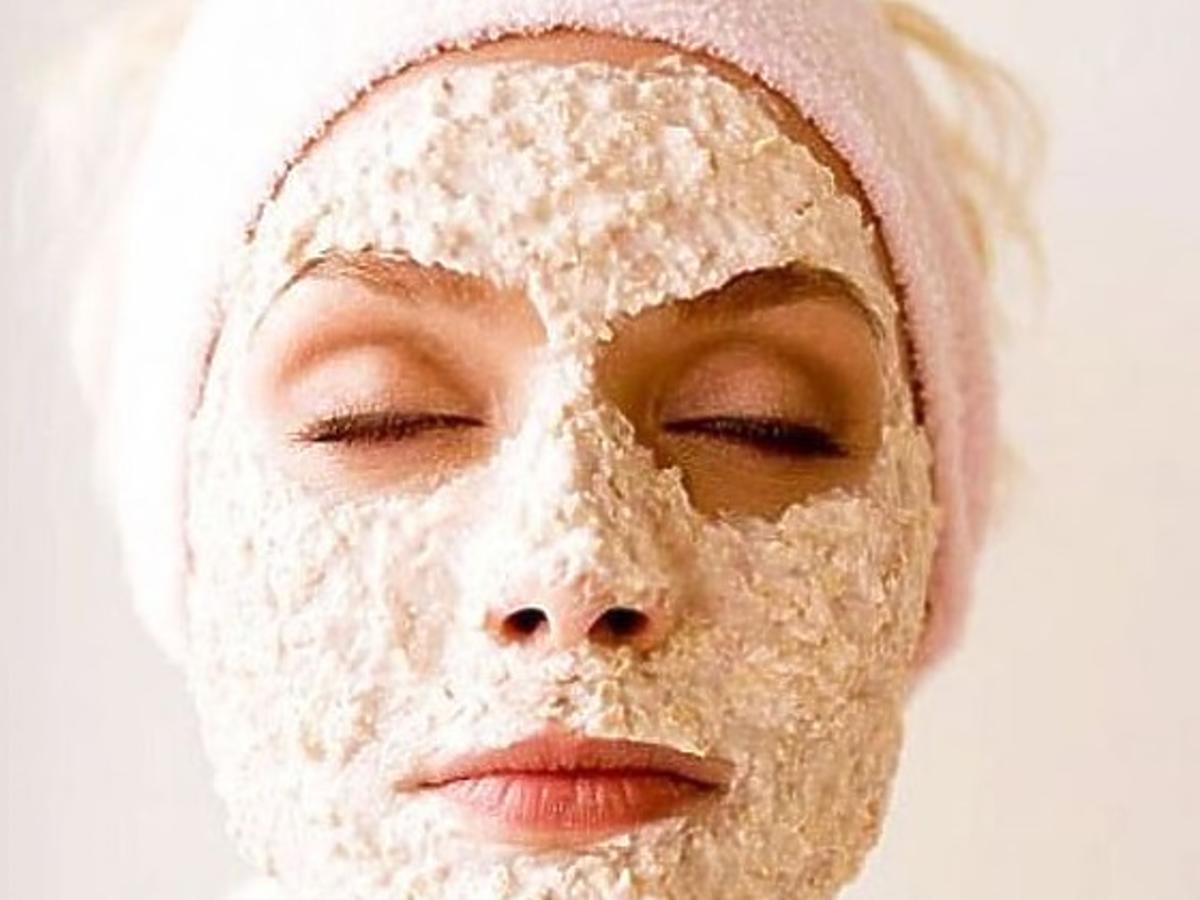 kobieta z ryżową maseczką na twarzy