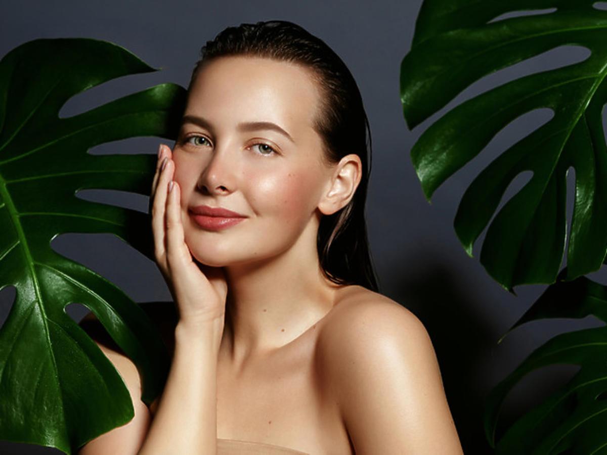 kobieta z wygładzoną i rozświetloną skórą