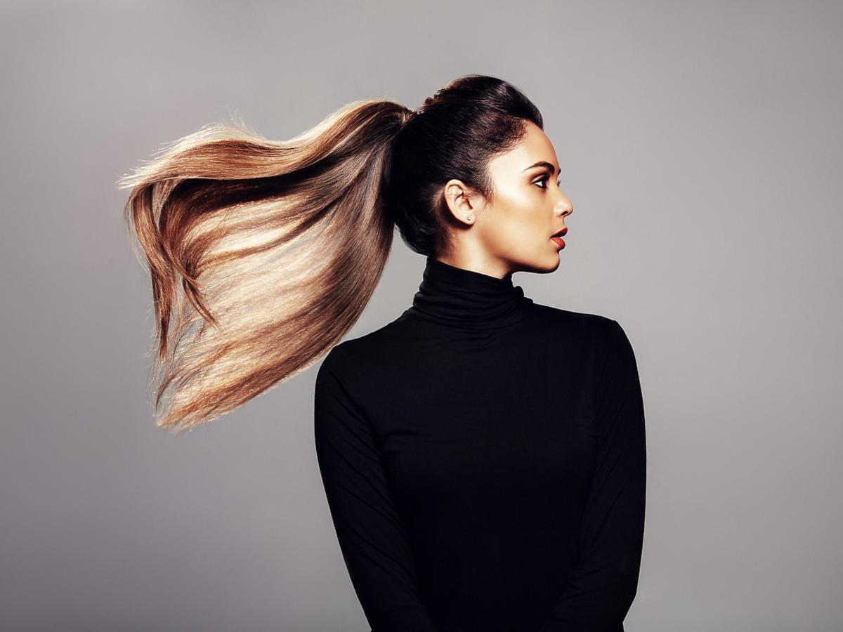kobieta z wysokim kucykiem na włosach