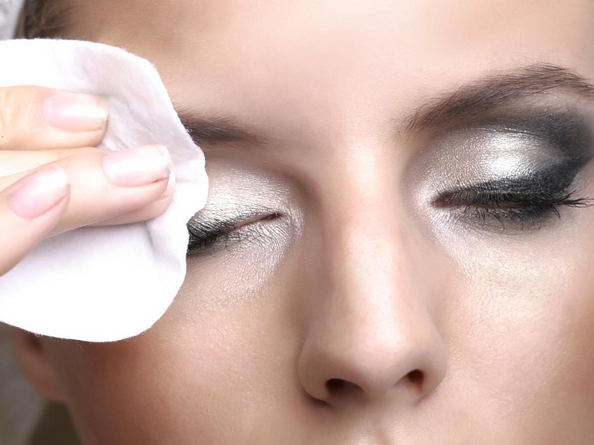 kobieta zmywa makijaż masłem do demakijażu