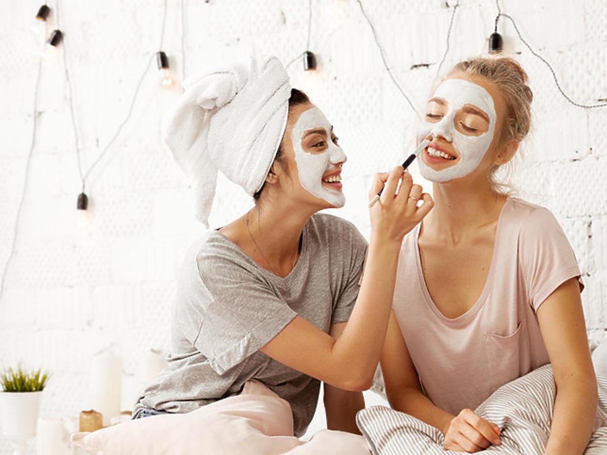 kobiety nakładające glinkę na twarz