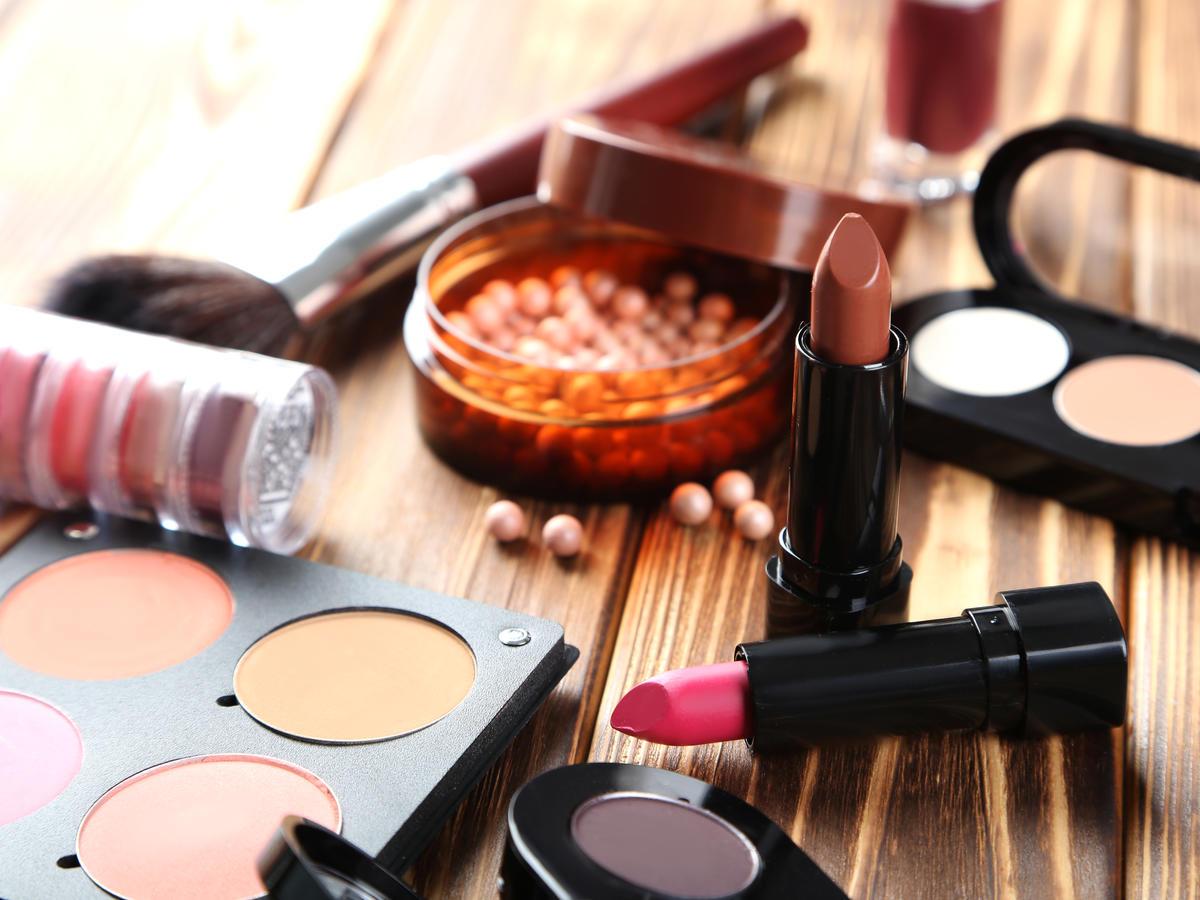 Kosmetyki na stole drewnianym