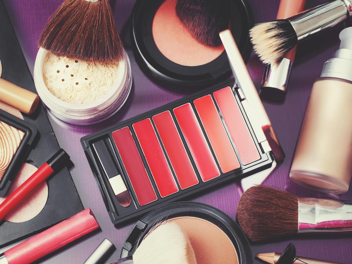 kosmetyki ułożone na stole