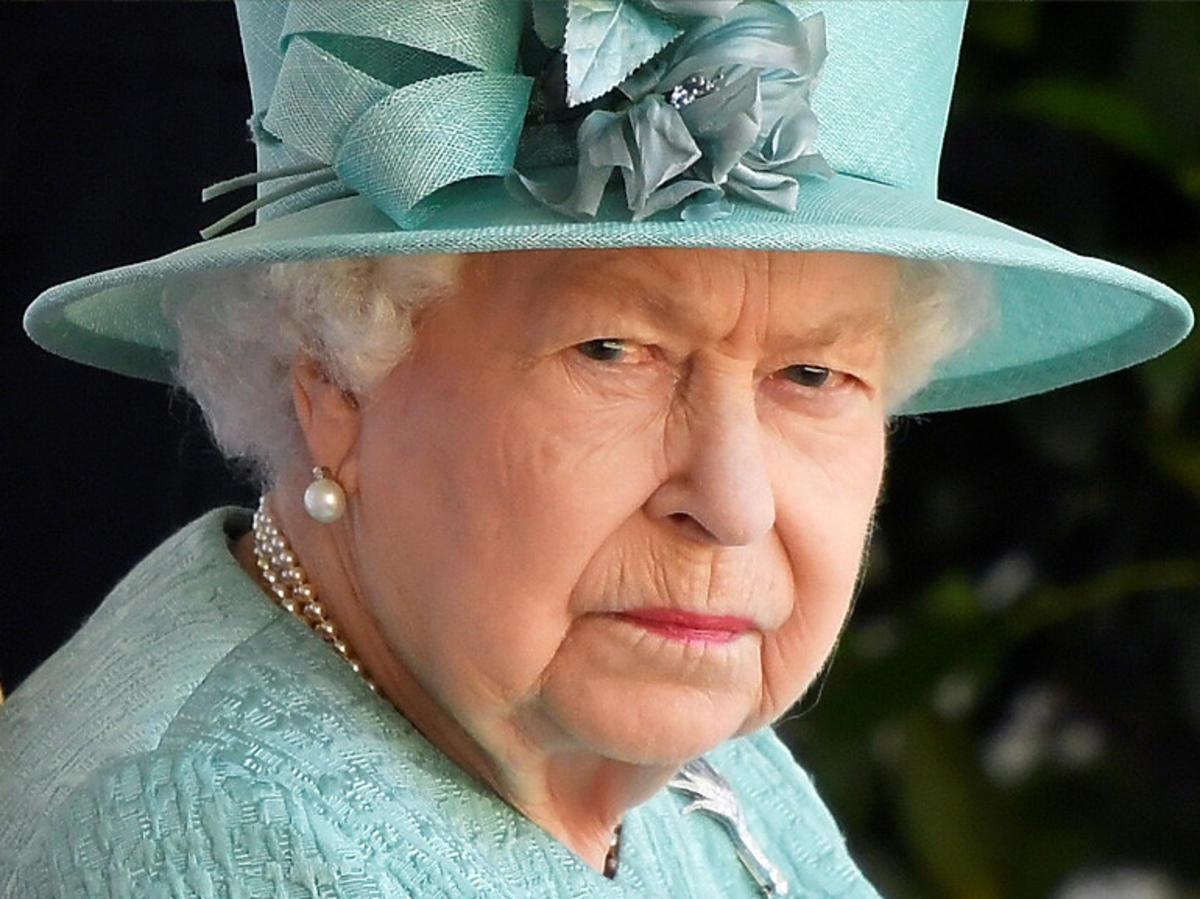 Królowa Elżbieta w błękitnym kapeluszu