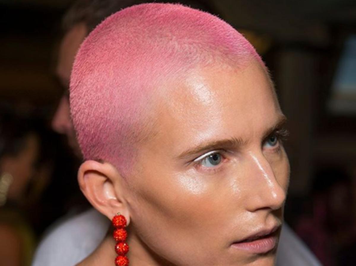 krótkie włosy w kolorze różowym