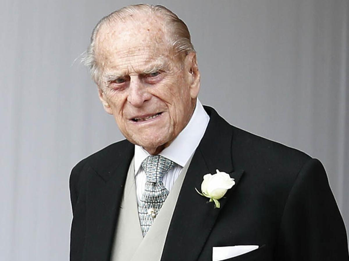 Książę Filip w czarnym garniturze na ślubie księżniczki Eugenii z Jackiem Brooksbankiem