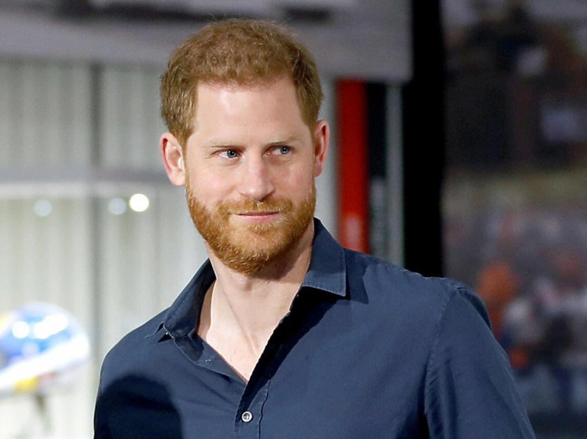Książę Harry w granatowej koszuli