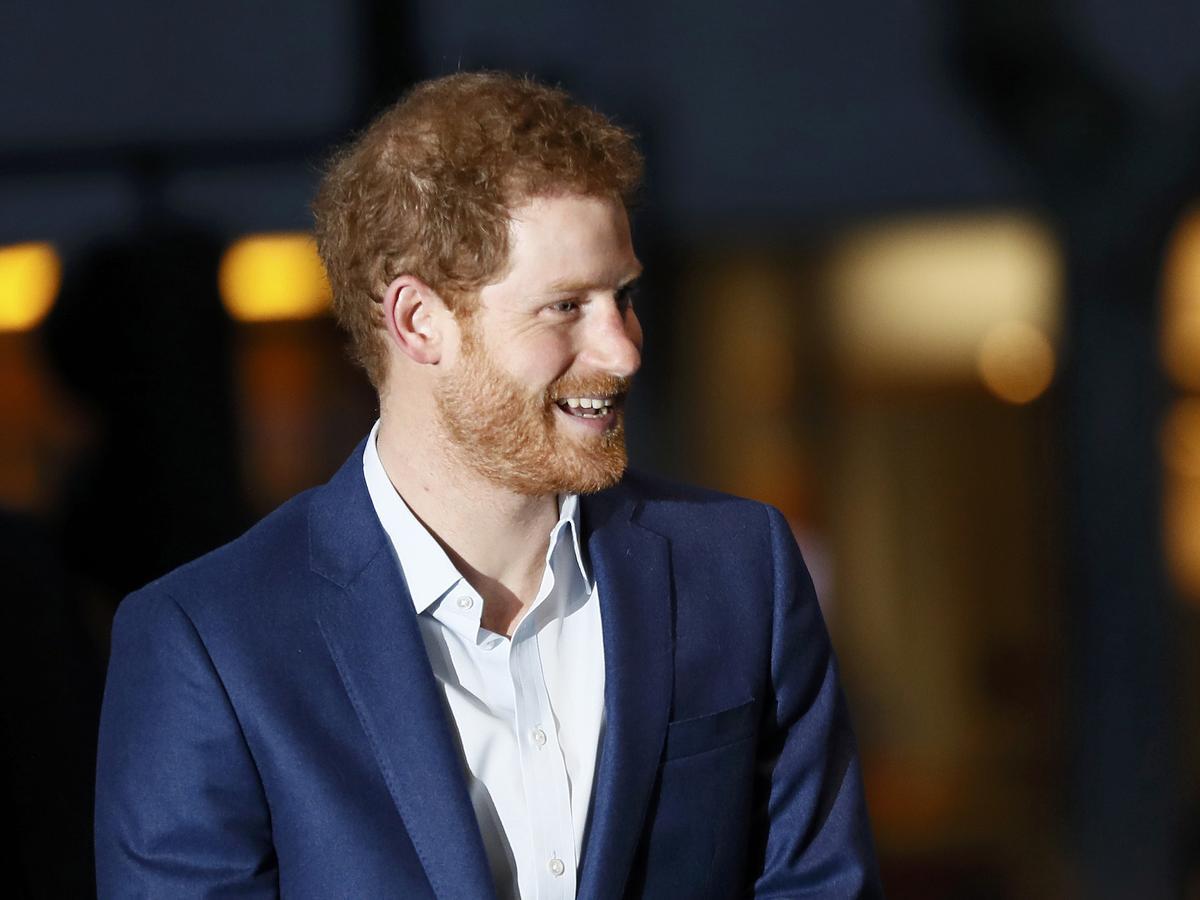 Książę Harry w granatowym garniturze i białej koszuli