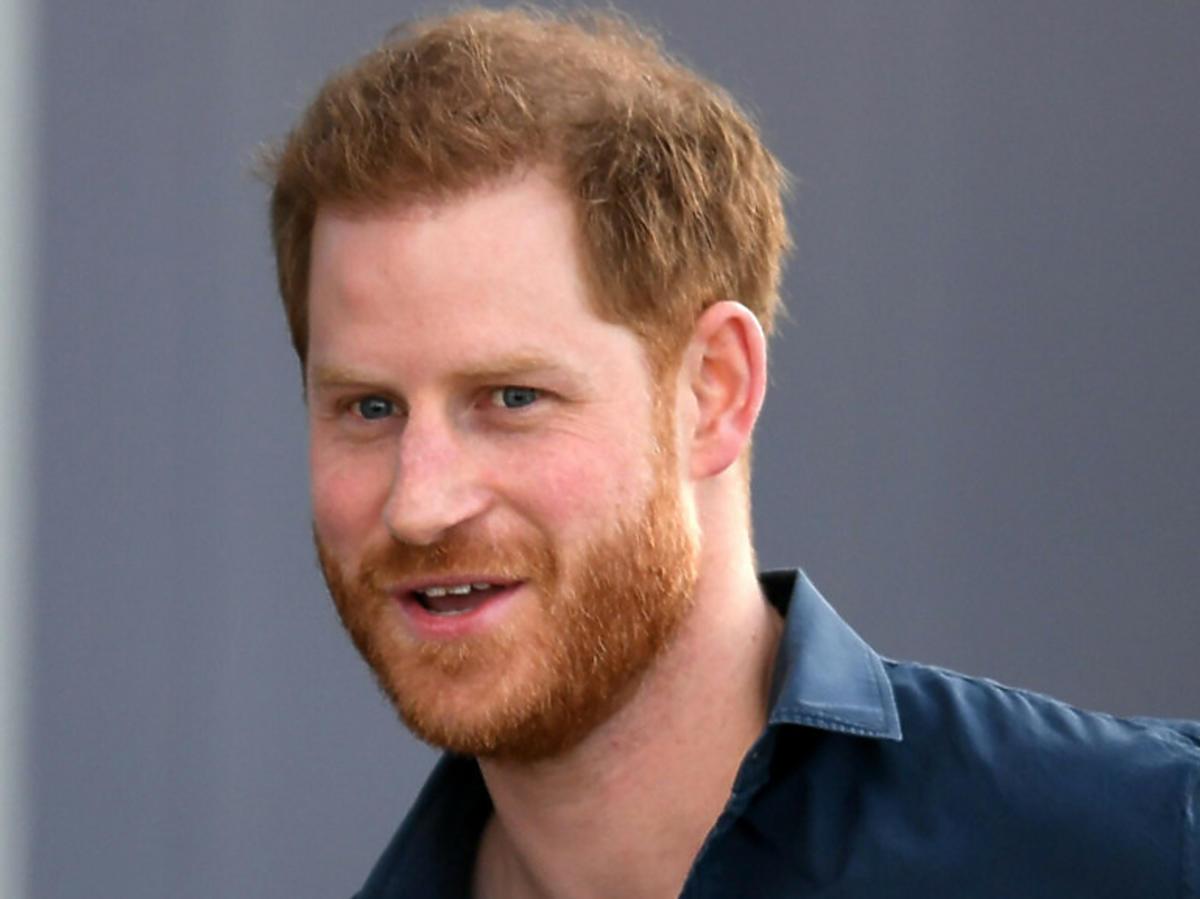 Książę Harry zapuścił włosy i nosi kucyka