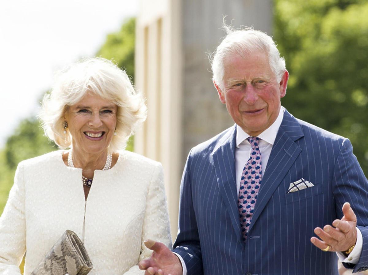 Księżna Kamila i Książę Karol idą pod rękę