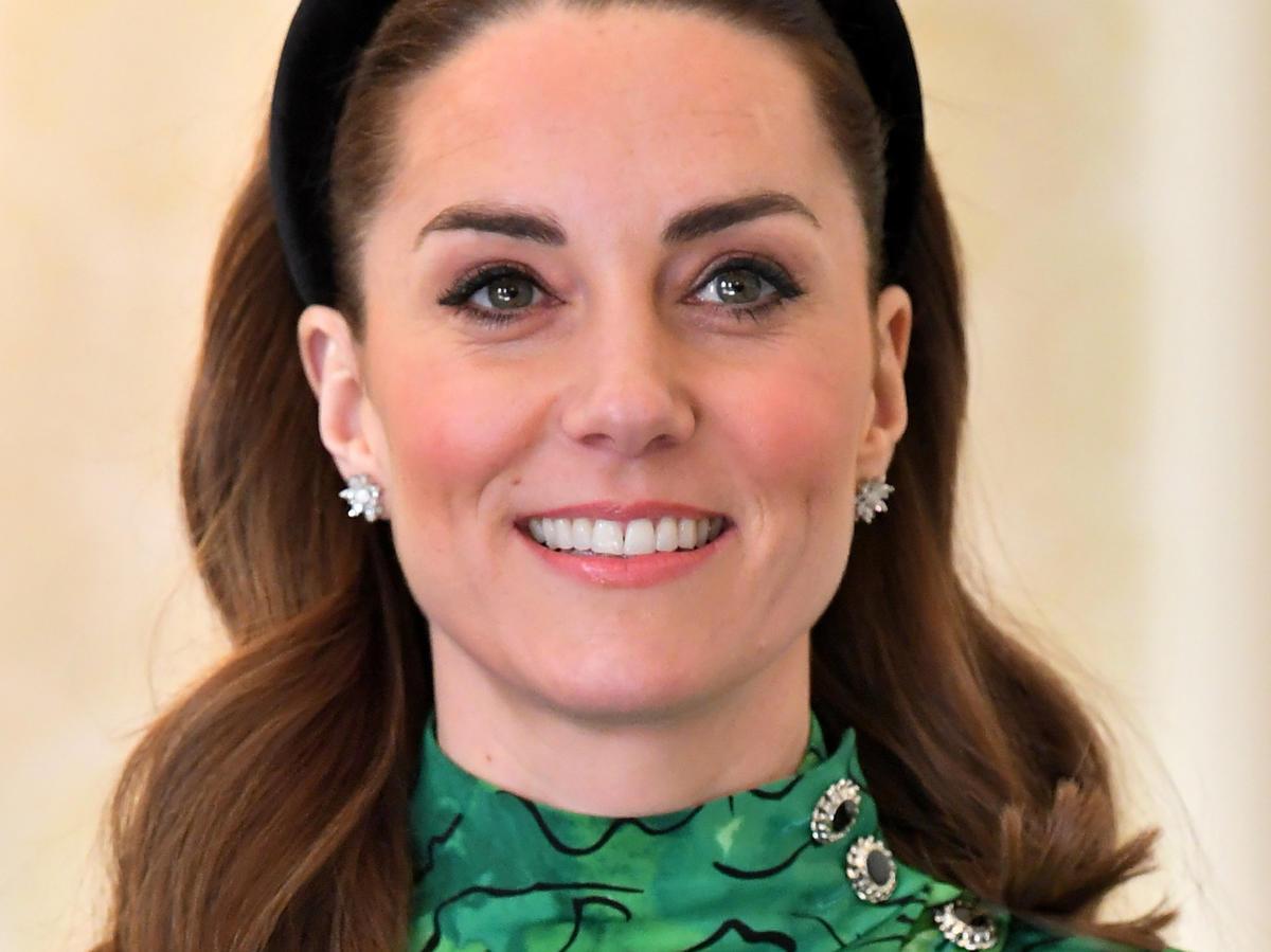 Księżna Kate w modnej opasce: identyczną kupimy w Reserved