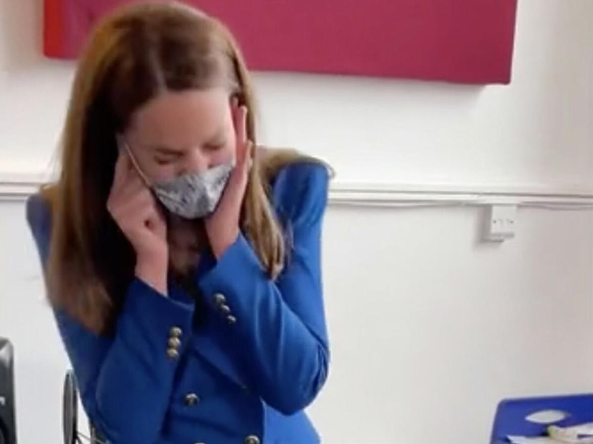 Księżna Kate zakrywa sobie rękoma uszy