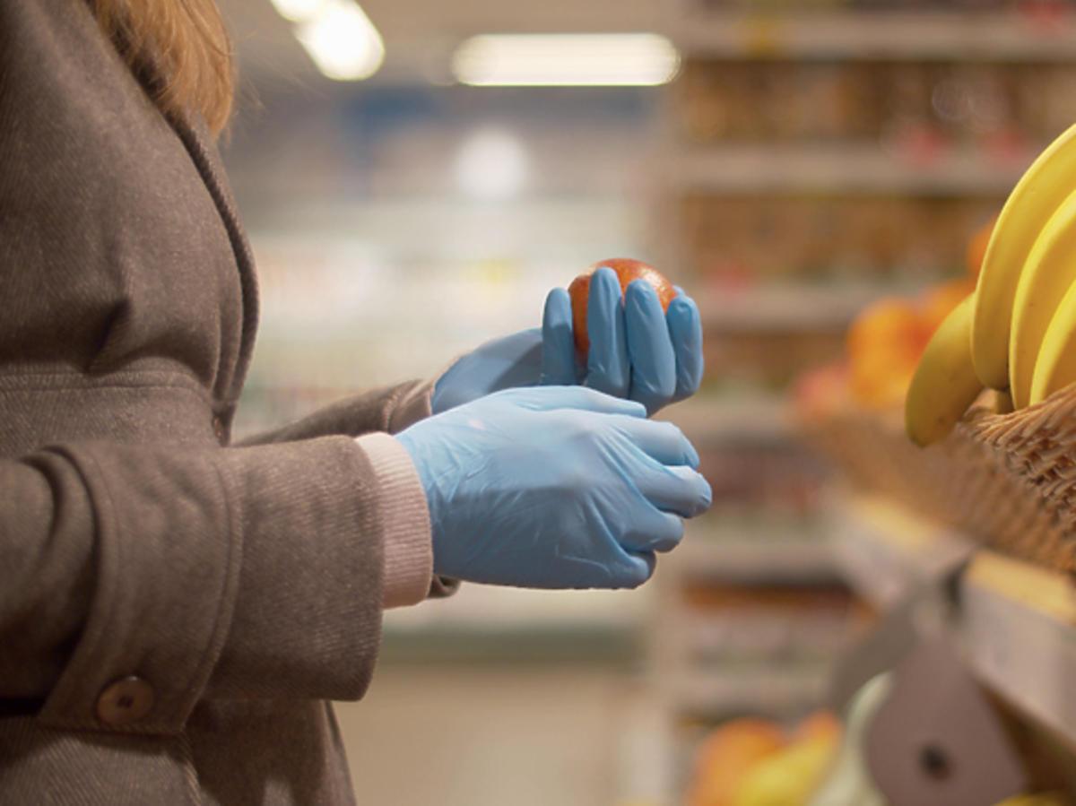 Kto nie musi zakładać rękawiczek ochronnych w sklepach