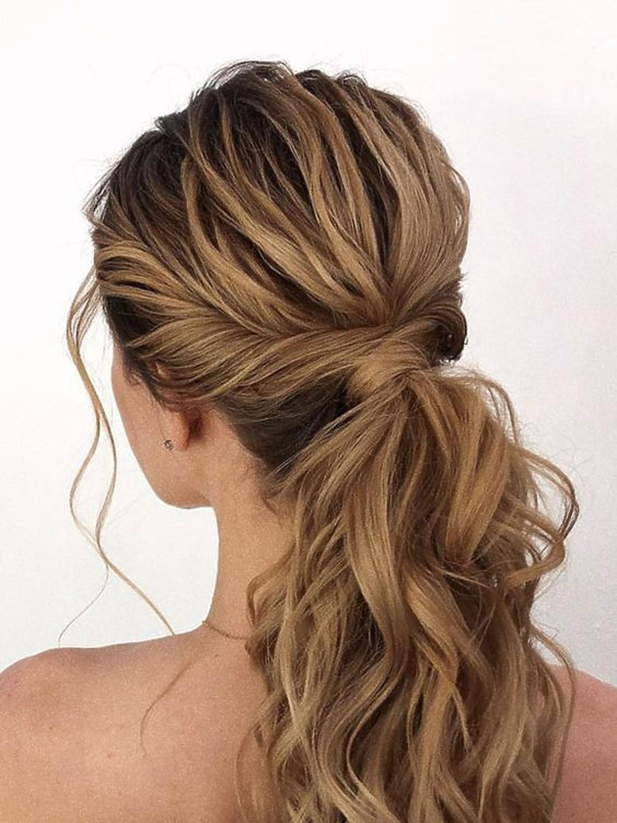 Prosty do wykonania kucyk z pokręconymi włosami