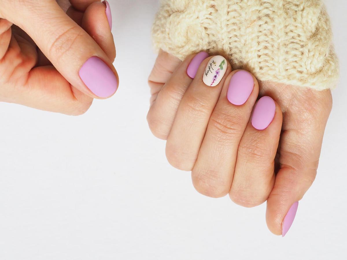 liliowe paznokcie