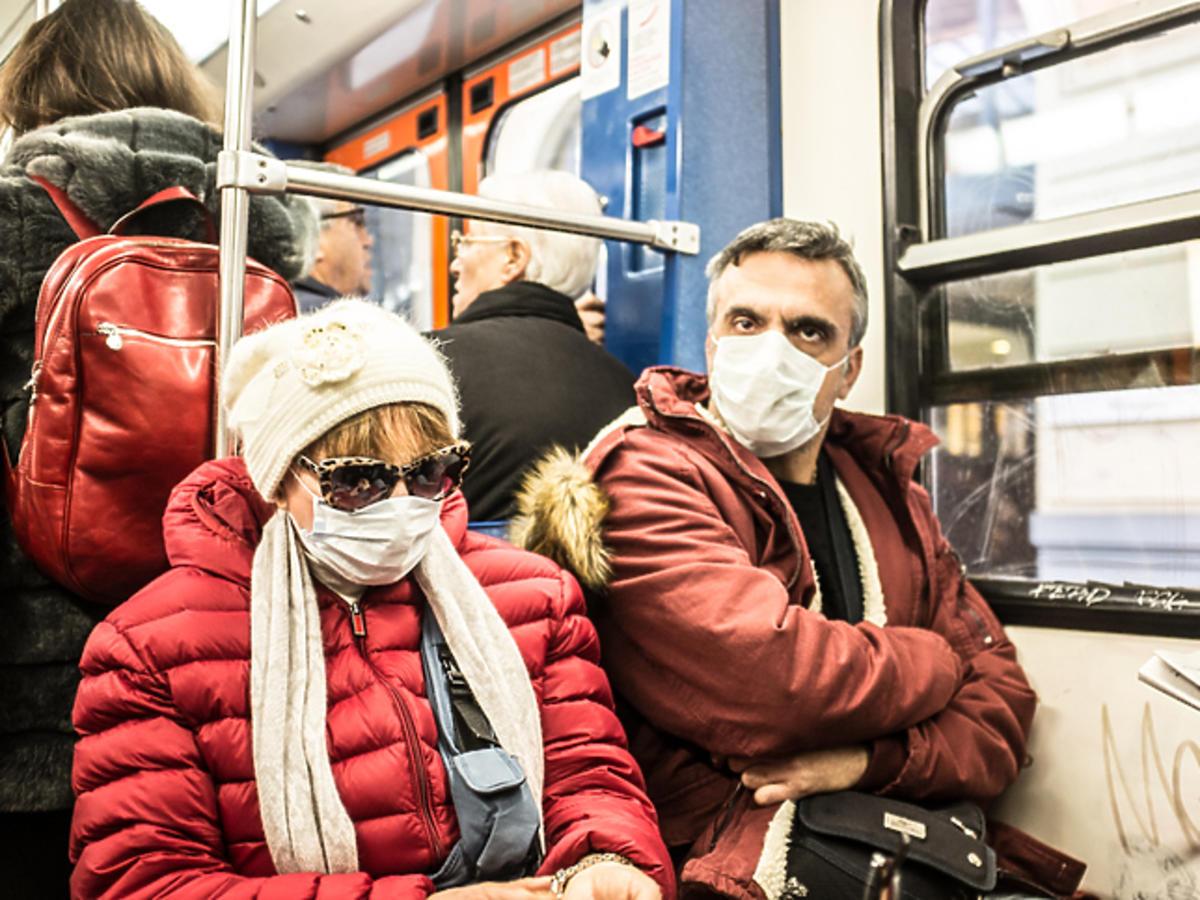 Ludzie w maseczkach ochronnych