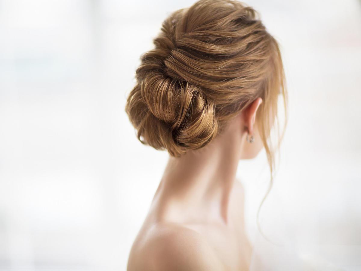 luźne upięcie na włosach z kokiem