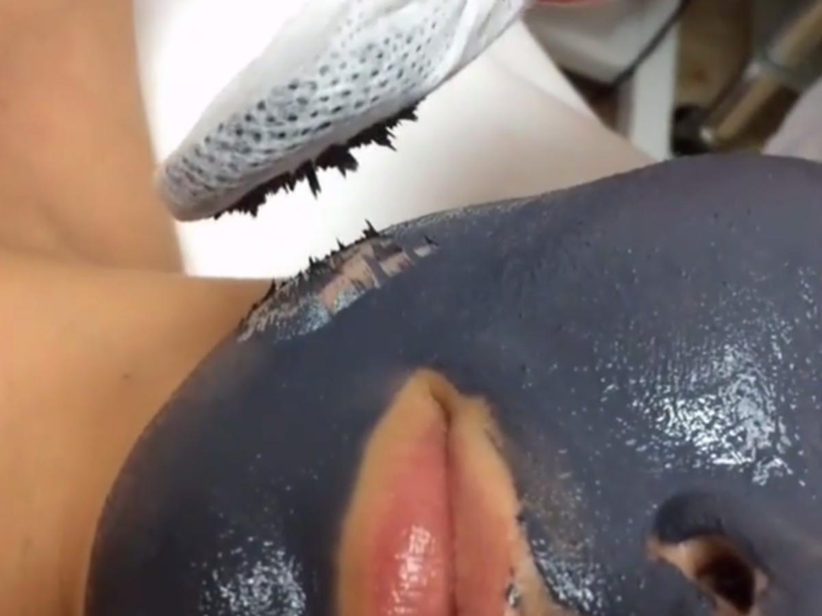 Magnetyczna maska z drobinami żelaza