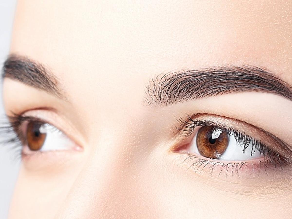 makijaż brwi - idealne łuki brwiowe