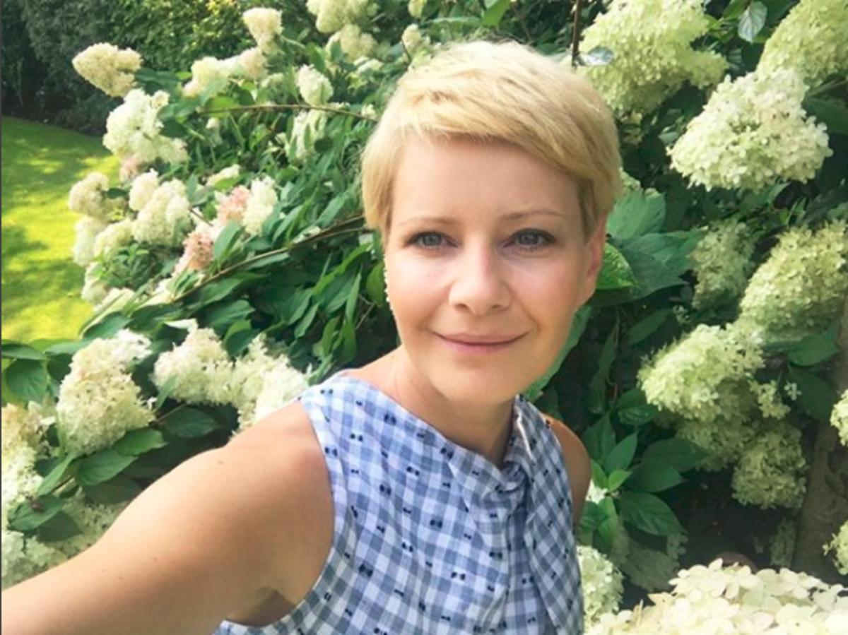 Małgorzata Kożuchowska selfie z kwiatami w tle