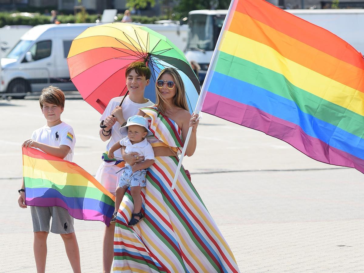 Małgorzata Rozenek z dziećmi na paradzie równości