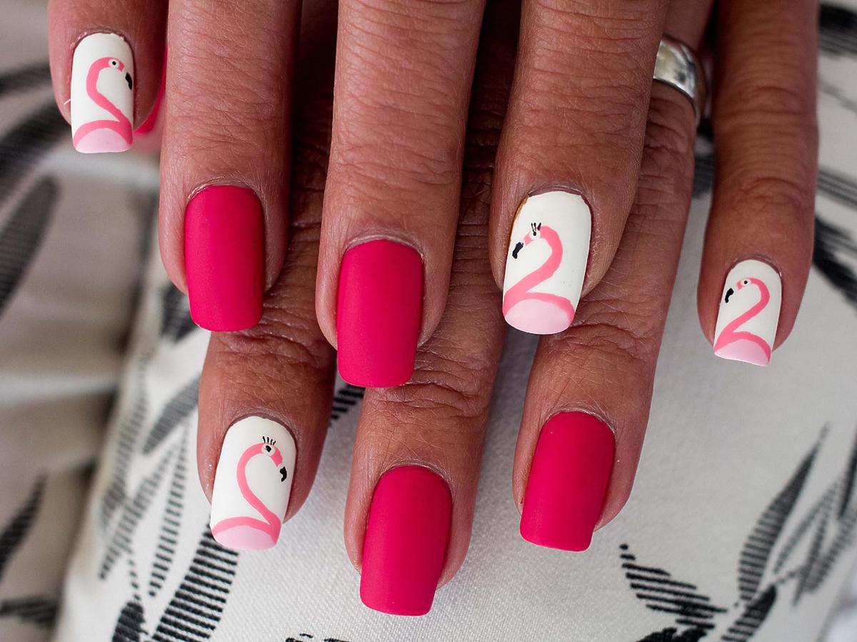 malinowe paznokcie we wzory