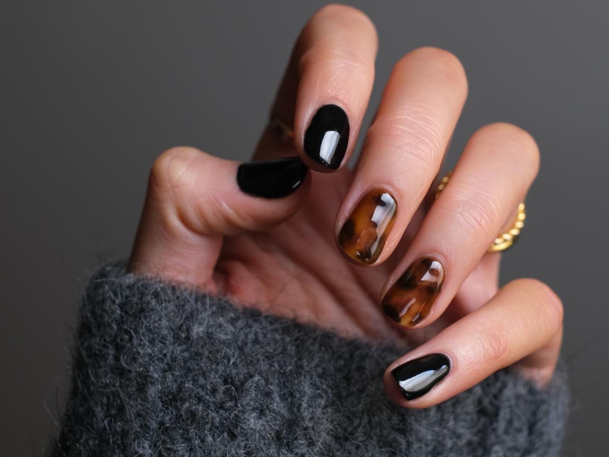 manicure hybrydowy zrobiony w lampie Semilac z promocji Rossmanna