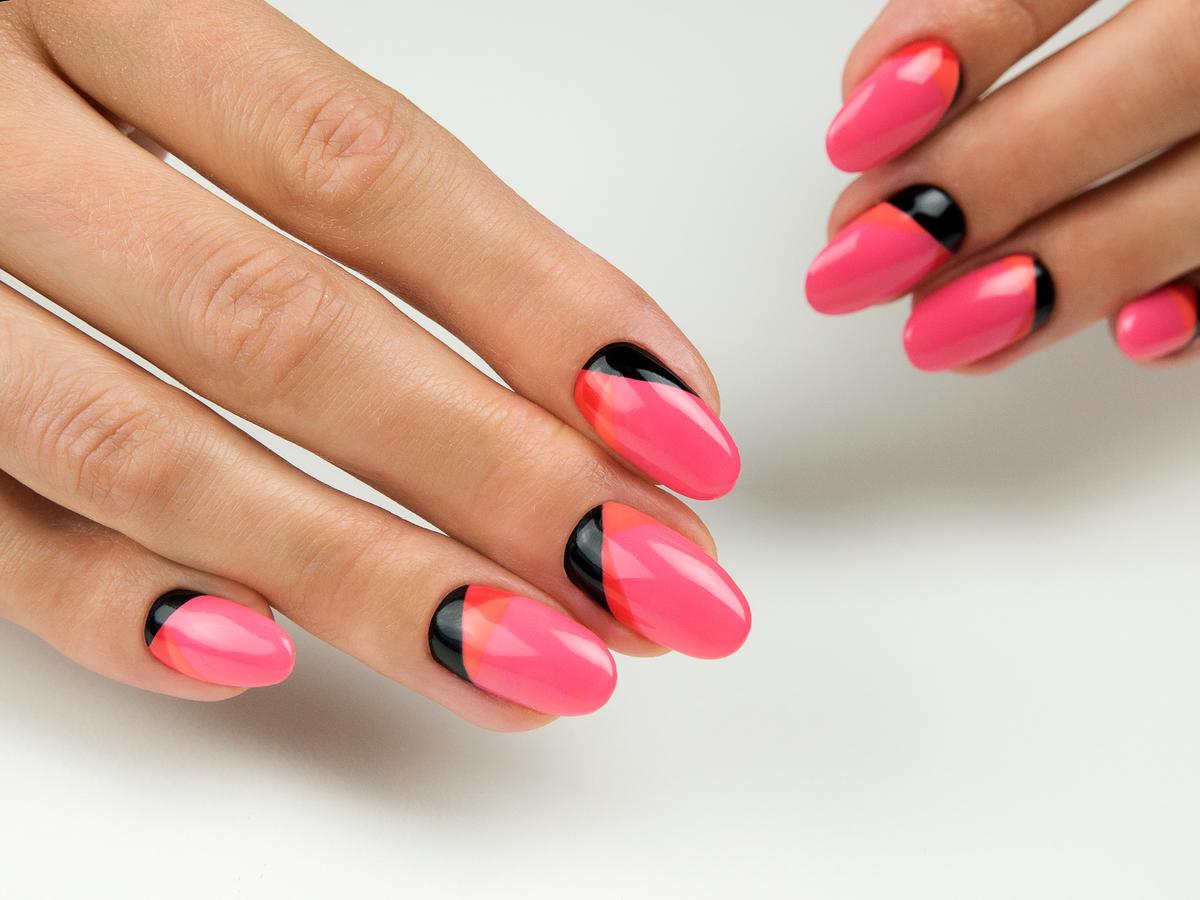 Manicure na lato z motywem color blocking