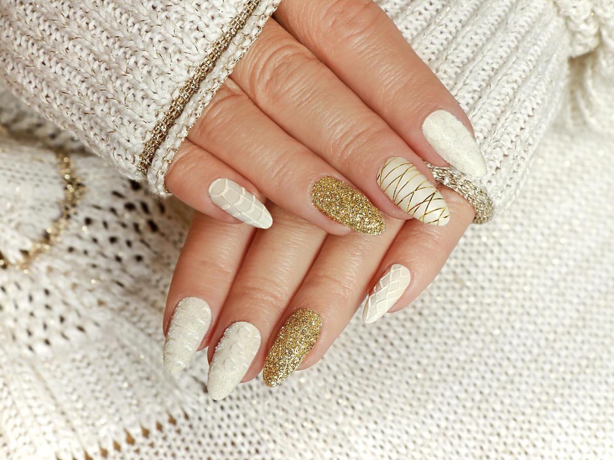 manicure na sylwestra z brokatem