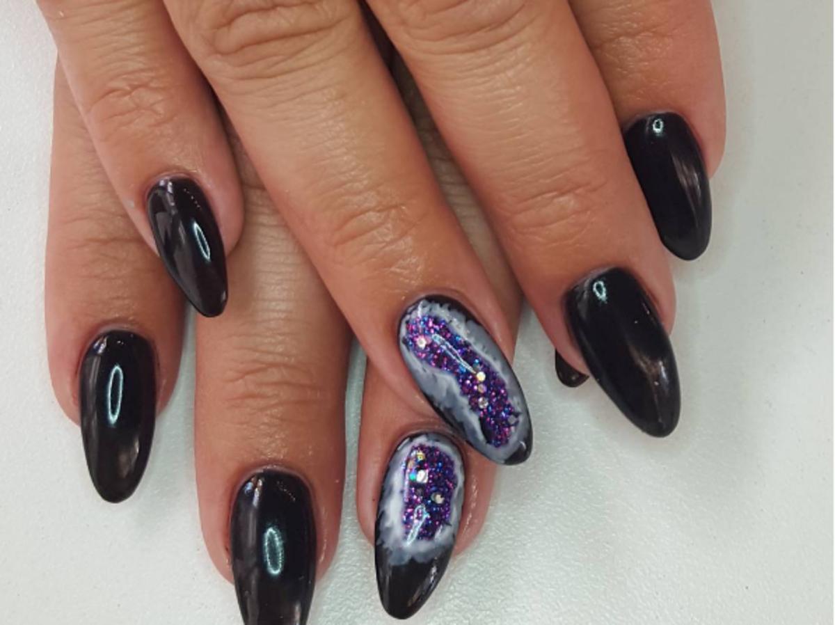 Manicure z motywem mineralnym w ciemnym kolorze.