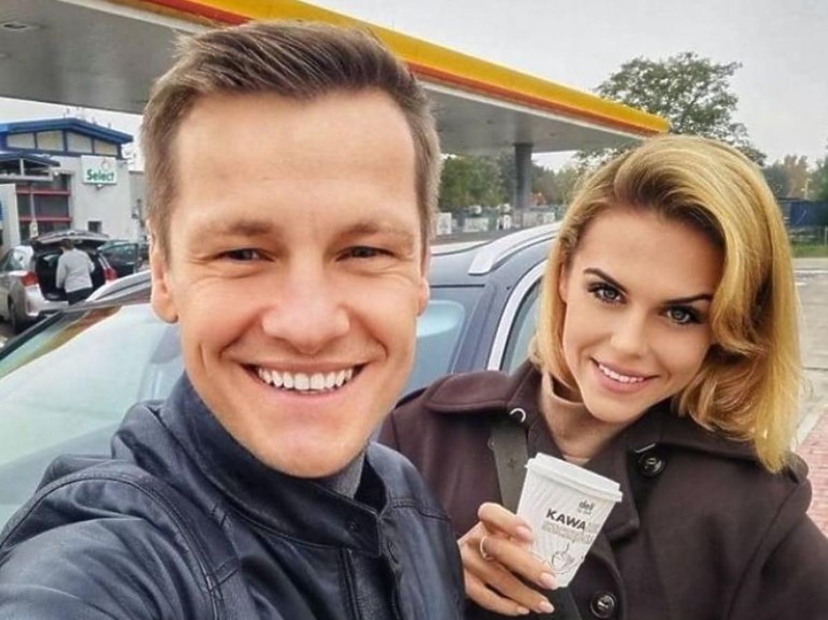 Marcin Mroczek z żoną na stacji benzynowej
